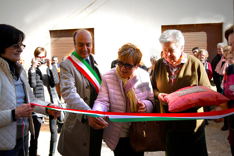 Inaugurazione sala via Filandone taglio del nastro presidente Auser Forlì e sindaco di Modigliana